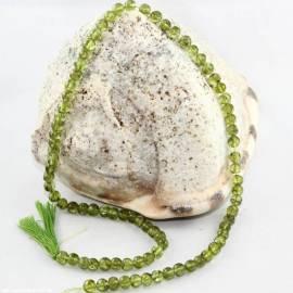 Peridot aufgefädelt als Edelsteinstrang